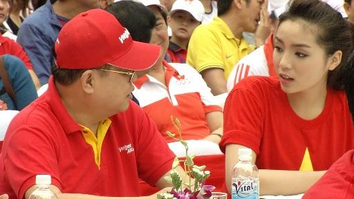 ông Nguyễn Đức Tâm- PTGĐ Vietjet và Hoa hậu Việt Nam 2014 Nguyễn Cao Kỳ Duyên trong buổi lễ khai mạc Ngày chạy Olympic vì sức khỏe nhân dân