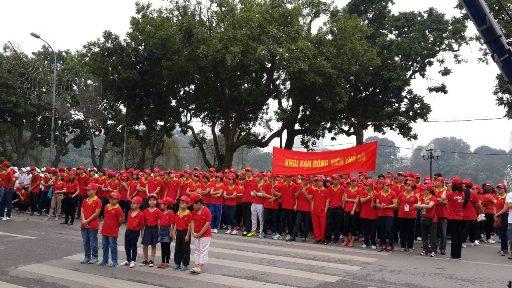 Hơn 1000 tình nguyện viên trong trang phục Vietjet tập trung trước Tượng đài Lý Thái Tổ, quận Hoàn Kiếm, Hà Nội sẵn sàng hưởng ứng Ngày chạy Olympic