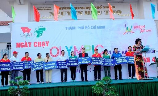 Đại diện Vietjet trao học bổng cho Hội khuyến học TP.HCM trong Ngày chạy Olympic vì sức khỏe nhân dân