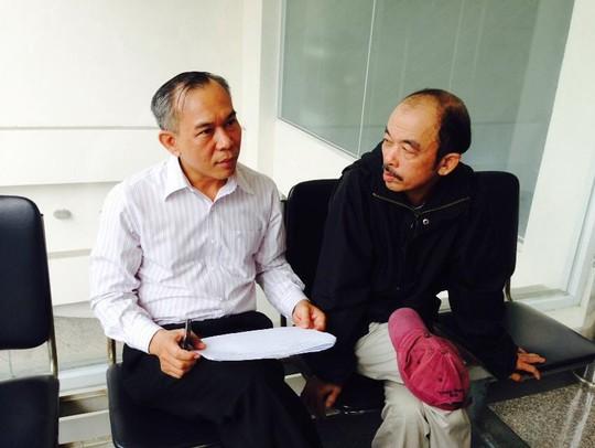 Ông Trương Bá Nhàn (áo đen) sau buổi làm việc tại VKSND TP HCM