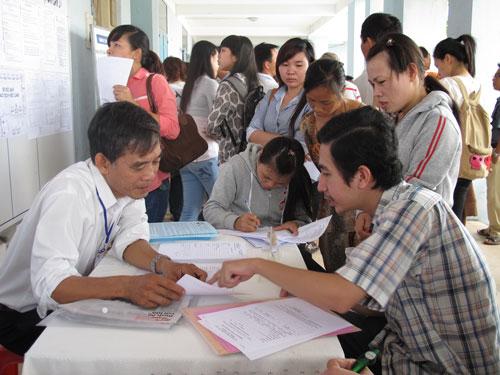 Ứng viên tham gia Sàn Giao dịch việc làm do Trung tâm Giới thiệu việc làm TP HCM tổ chức