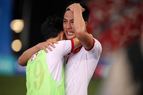 Hồng Quân khóc với Văn Toàn sau trận thua Myanmar ở bán kết