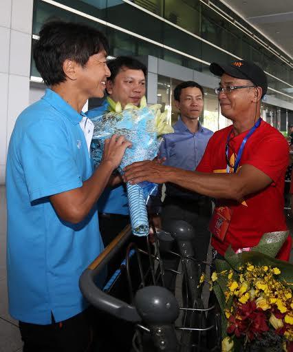 Đại diện Hội CĐV Việt Nam tặng hoa cho HLV Miura