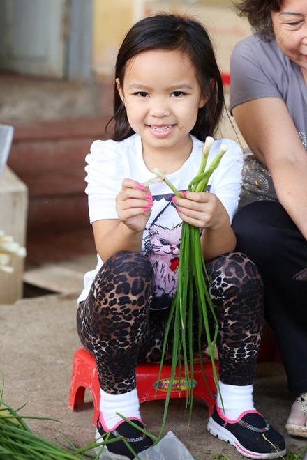 Con gái Việt Hương phụ mẹ