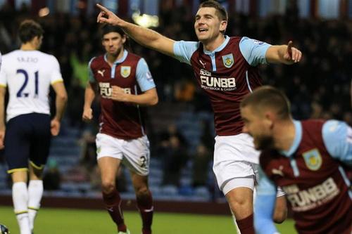 Sam Vokes vui mừng sau pha ghi bàn gỡ hòa cho Burnley