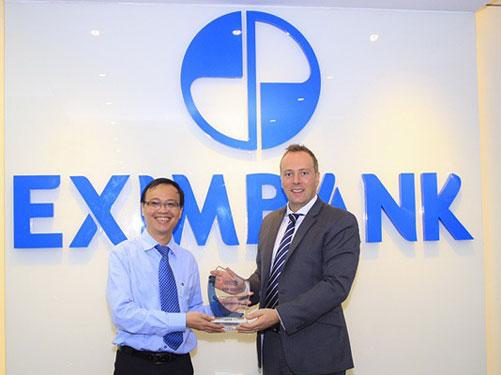 Ông Nguyễn Hồ Hoàng Vũ - Phó Tổng Giám đốc Eximbank nhận giải thưởng   STP Award