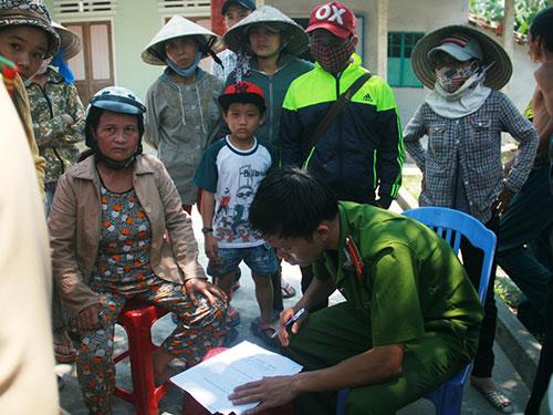 Công an huyện Thăng Bình có mặt lập biên bản sự việc, giải thích cho gia đình...