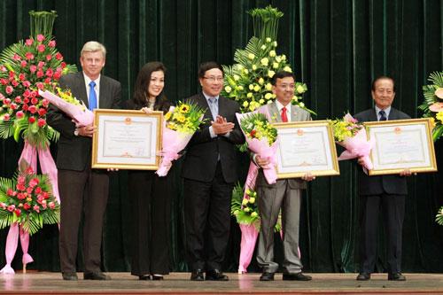 Phó Thủ tướng Chính phủ, Bộ trưởng Bộ Ngoại giao Phạm Bình Minh tặng bằng khen của Thủ tướng Chính phủ cho tập thể VWS và cá nhân ông David Dương tại buổi họp mặt mừng Xuân Ất Mùi