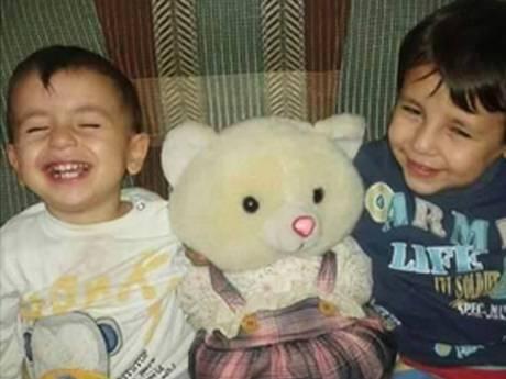 Bé Aylan Al-Kurdi (trái) và anh trai Galip. Ảnh: Twitter