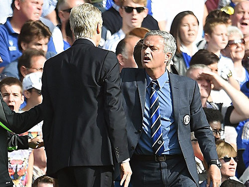 HLV Wenger và Mourinho (phải) trong pha gây hấn với nhau ở trận lượt đi Chelsea thắng 2-0. Ảnh: Guardian