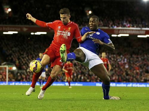 Liverpool (trái, Borini) để vuột chiến thắng trên sân nhà trước Leicester