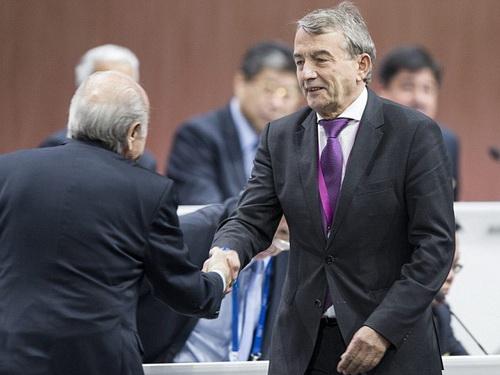 Chủ tịch LĐBĐ Đức Wolfgang Niersbach (phải)