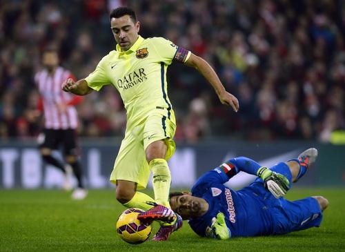 Xavi đi bóng qua thủ môn Iraioz