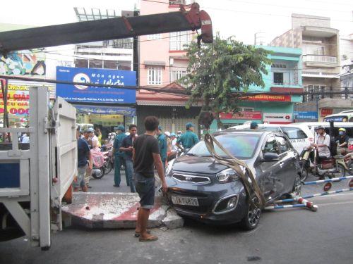 CSGT làm nhiệm vụ điều tiết giao thông để di dời xe bị nạn