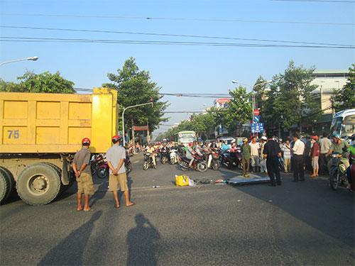 Xe ben chạy trên đường Đồng Khởi, TP Biên Hòa sáng 17-5 2 (ảnh trên). Hiện trường vụ tai nạn khiến bà Nguyễn Bích Ngọc tử vong tại chỗ
