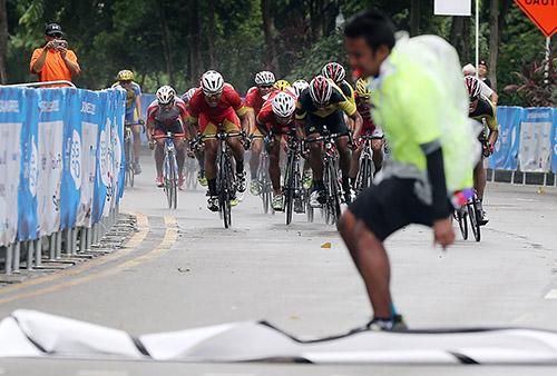 Dù chuẩn bị khá tốt nhưng vẫn còn những bất trắc trong khâu chuẩn bị. Trong ảnh là sự cố tại đích nội dung xe đạp đường trường nam khi mưa và gió làm tốc mức đến.