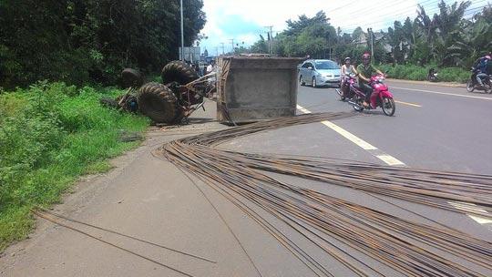 Sắt thép rơi xuống đường, người lái máy cày cũng bị thương nặng