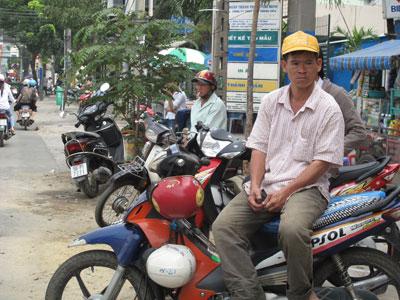 Vất vả cả ngày người chạyxe ôm mới kiếm được vài chục ngàn đồngnuôi sống gia đình, nay ông còn phải đóng thêmphí bảo trì đường bộ cho chiếc xe máy cà tàng