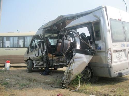 Cú đập cực mạnh của máy bơm bê tông vào sườn xe khách 16 chỗ làm nhiều hành khách văng ra ngoài tử vong