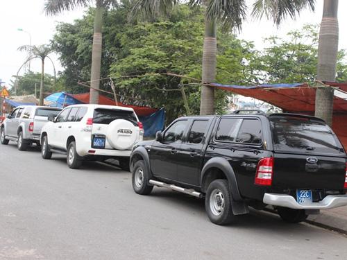 3 chiếc xe biển xanh của tỉnh Tuyên Quang là 22C – 38xx, 22A - 000.xx và 22C - 28xx tại khu vực Đền Thiên Trường