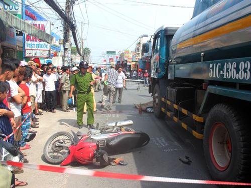 Hiện trường vụ tai nạn giao thông xe bồn cán chết người trên đường Tân Kỳ Tân Quý (phường Bình Hưng Hòa A, quận Bình Tân, TP HCM) vào trưa ngày 2-1 - Ảnh: H.Âu