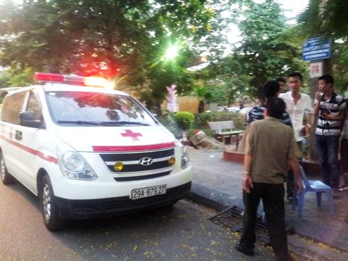 Xe cứu thương chuẩn bị đưa thi thể nạn nhân khỏi hiện trường