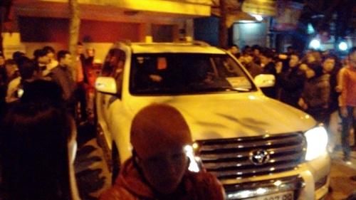 Xe của Cơ quan cảnh sát điều tra đưa bà Châu Thị Thu Nga rời nhà