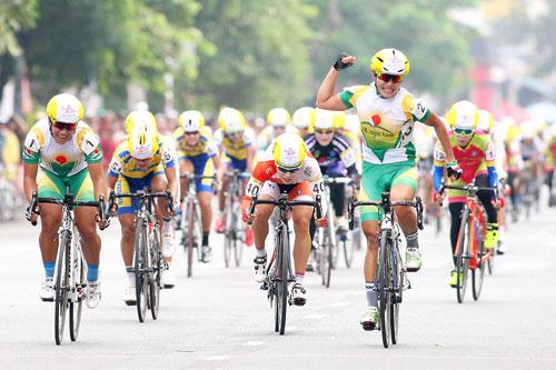 Nguyễn Thị Thật về nhất chặng 1 Giải Xe đạp nữ toàn quốc Truyền hình An Giang - Cúp Number One 2015 vào sáng 19-7 Ảnh: Dương Thu