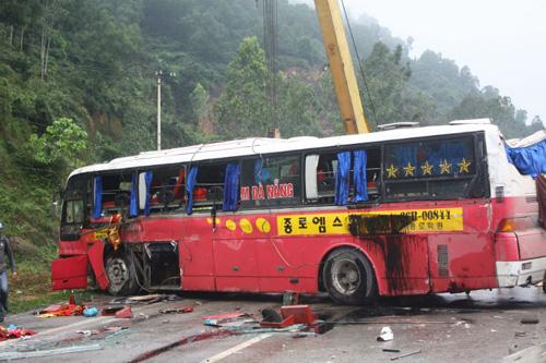 xe khách giường nằm bị hư hỏng nặng sau vụ tai nạn