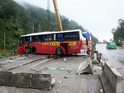 Chiếc xe khách giường nằm được cẩu khỏi hiện trường vụ tai nạn