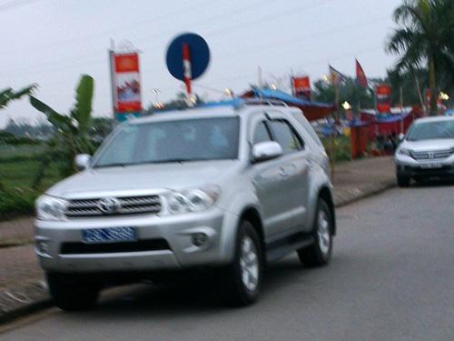 2 xe biển xanh của Hải Phòng và Hà Giang đậu dưới lòng đường dẫn vào Đền Trần