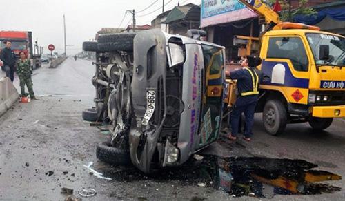 Xe khách lật giữa đường, gần 20 người may mắn thoát chết