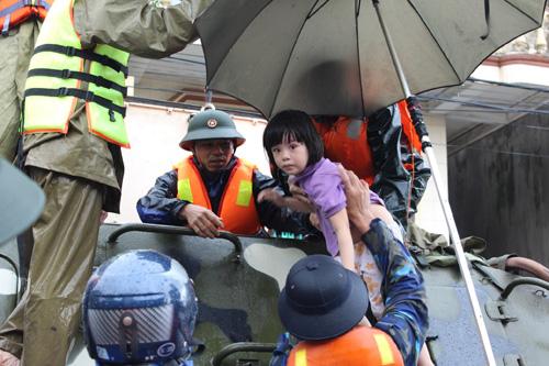 Giúp sơ tán người dân ở vùng ngập sâu tới nơi an toàn