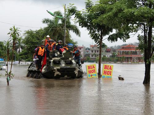 Quân chủng Hải quân huy động xe lội nước đặc chủng giúp sơ tán dân ở TP Uông Bí