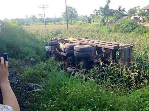 Chiếc xe tải bị tàu hỏa tông bay xuống ruộng ngô khiến tài xế bị thương nặng và tử vong sau đó