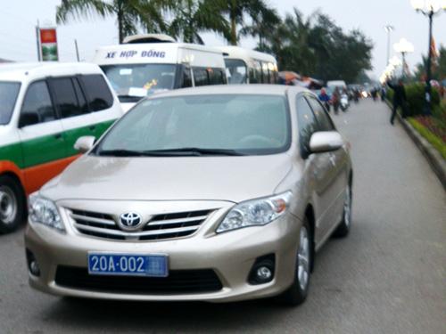 Chiếc xe biển xanh của Thái Nguyên xuất hiện ở Đền Trần chiều 3-3