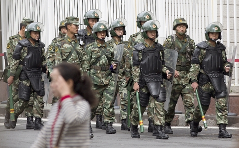 Cảnh sát Trung Quốc từng nhiều lần lùng bắt nghi phạm khủng bố. Ảnh: AP