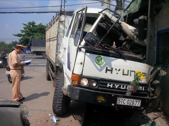 Xe tải đâm gãy cột điện, hư hại nặng