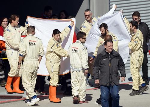 Bộ phận y té đường đua Catalunya đưa Alonso đi cấp cứu...