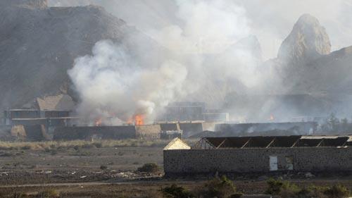 Các cơ sở quân sự ở TP Aden - Yemen bốc cháy hôm 28-3 Ảnh: AP
