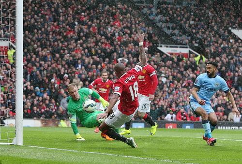 Một mình thủ môn Joe Hart đối mặt 3 chiếc áo đỏ Man United ở bàn thua đầu tiên