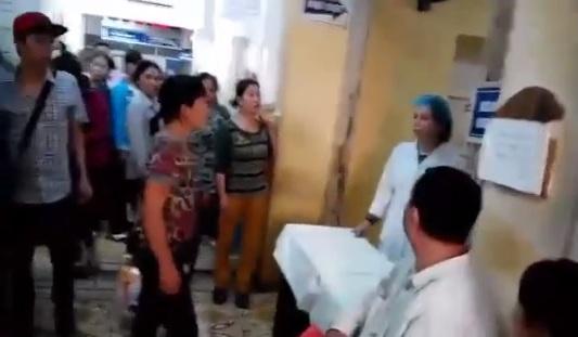 Hình ảnh y tá bị người nhà bệnh nhân tố vòi tiền. Ảnh cắt từ clip