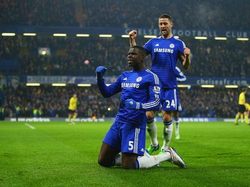 Zouma ghi bàn cho Chelsea trên sân nhà