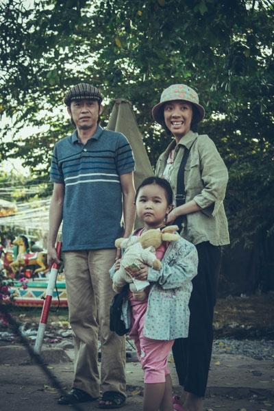 """Một cảnh trong phim """"Nắng"""" - khắc họa tình mẫu tử thiêng liêng của người mẹ thiểu năng tên Mưa (Thu Trang thể hiện) với đứa con gái bé bỏng tên Nắng (bé Kim Thư).(Ảnh do nhà sản xuất cung cấp)"""