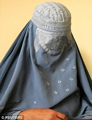 Theo luật lệ của Taliban, phụ nữ phải mặc trang phục trùm đầu. Ảnh: REUTERS