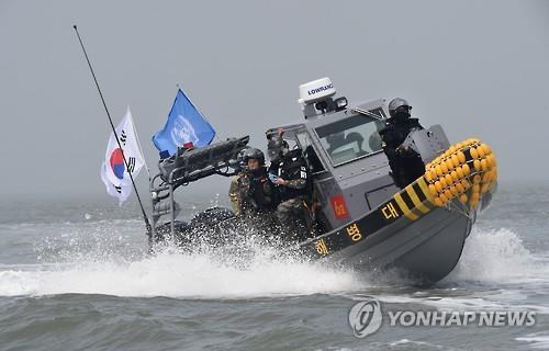 Quân đội Hàn Quốc truy quét tàu cá Trung Quốc. Ảnh: YONHAP