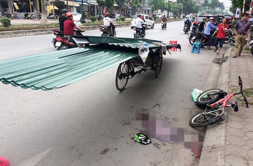 Hiện trường xích lô chở tôn đỗ trên phố Tân Mai dẫn tới vụ tai nạn khiến bé trai 9 tuổi tử vong vì bị tôn cứa cổ - Ảnh: Otofun
