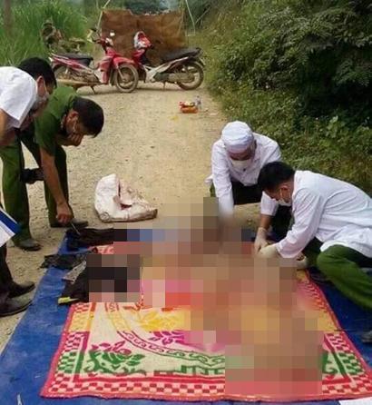 Lực lượng chức năng đang khám nghiệm thi thể nạn nhân tại hiện trường - Ảnh: Facebook