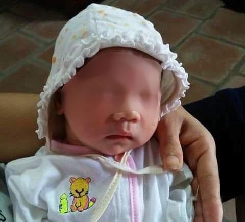 Cháu bé gái sơ sinh được đặt trước chùa Phú Nhi rất kháu khỉnh - Ảnh:Facebook