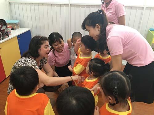 Các bé học ngoại ngữ với giáo viên bản địa
